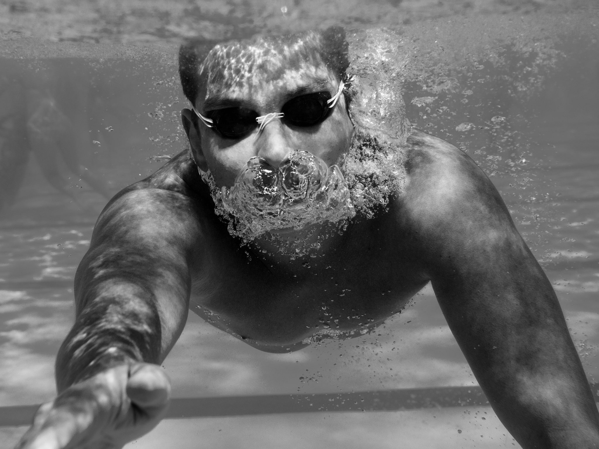 Swimmer_in_pool_exhaling