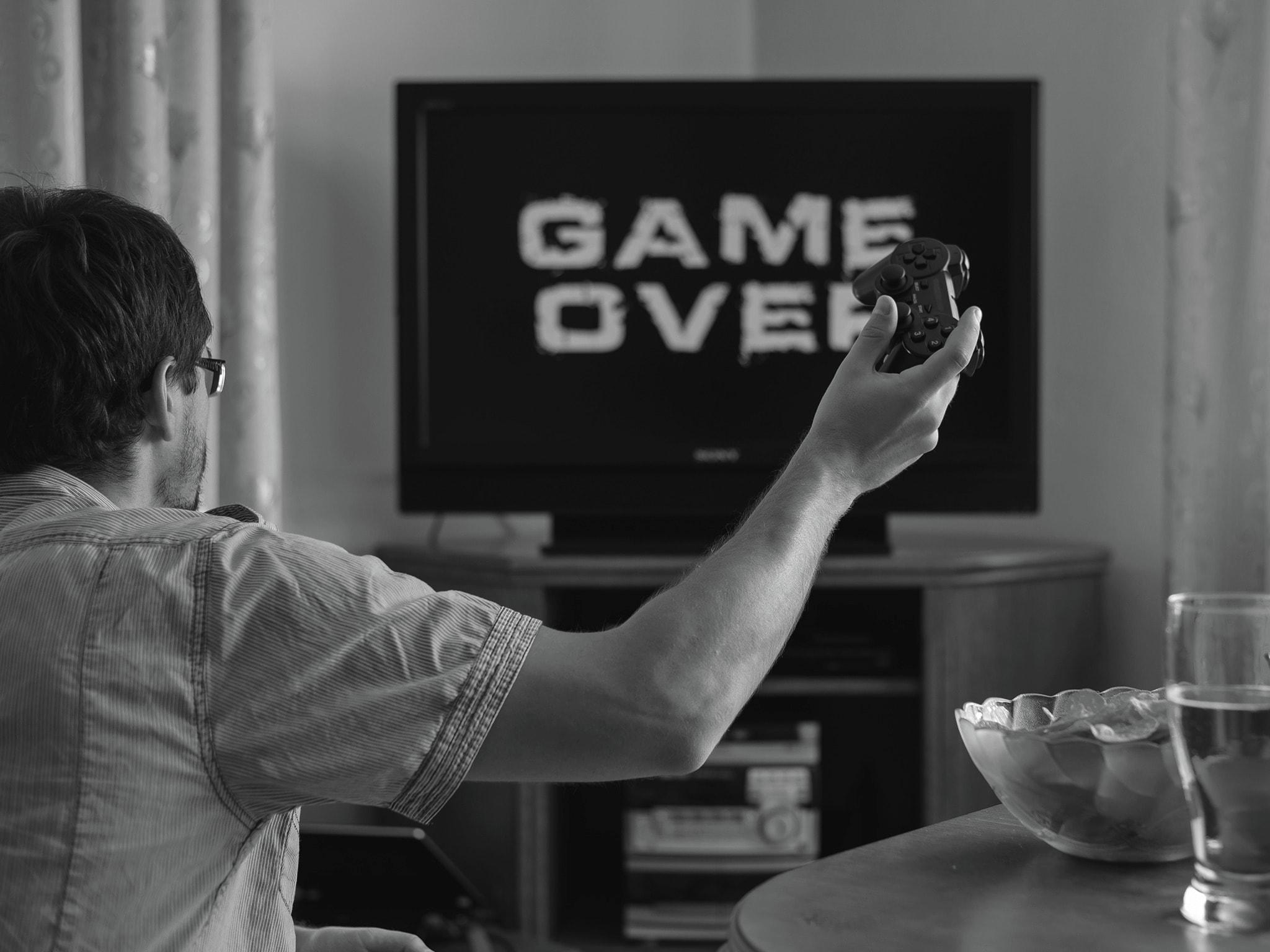 Homme_regardant_un_écran_game_over