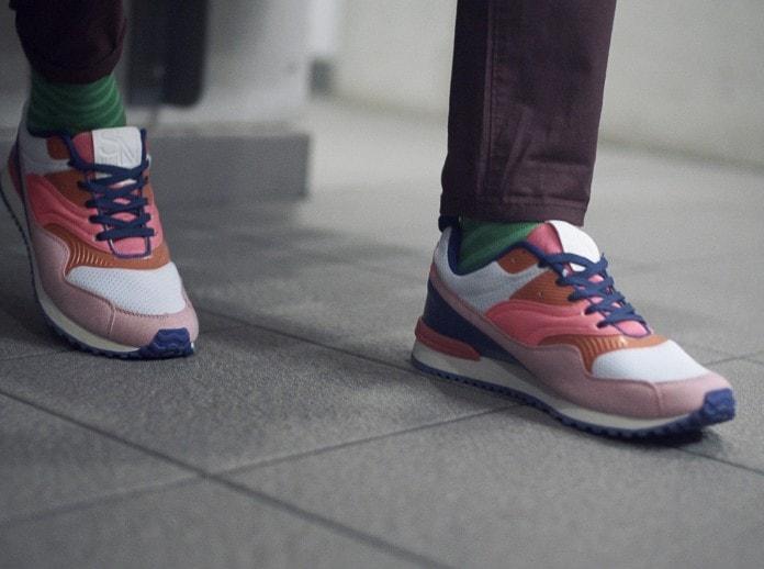 Um rapaz com tênis colorido.